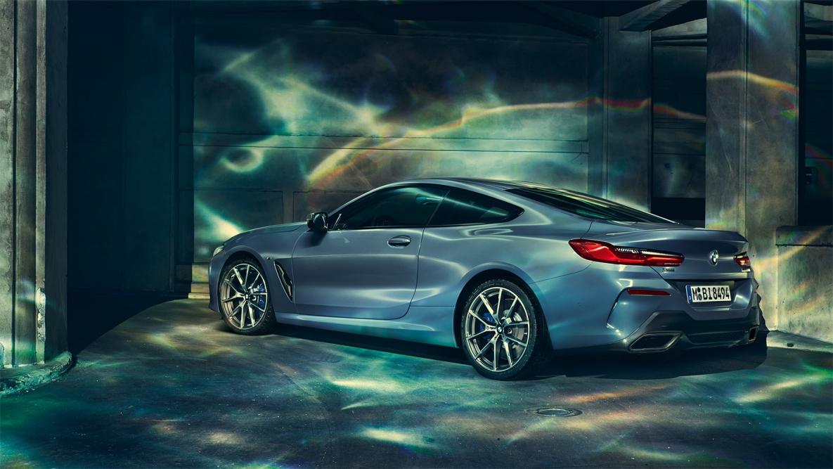 Jeune THE 8 : la voiture de sport de luxe de BMW - BMW HUCHET SAS YP-23